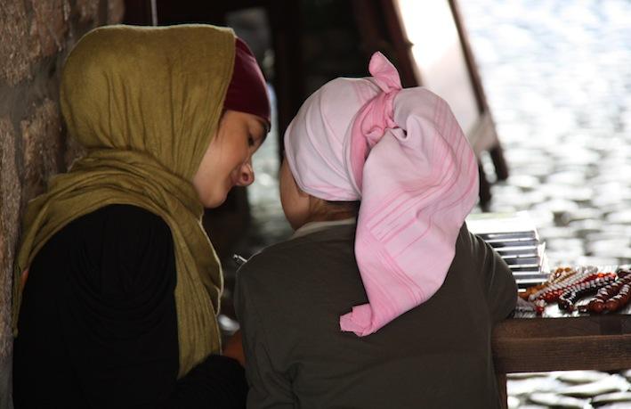Due bambine di Sarajevo e il loro banchetto