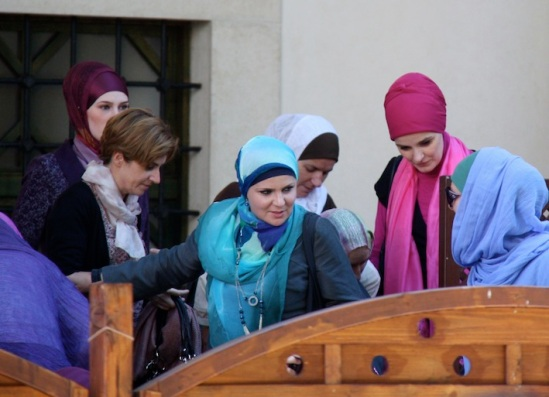splendide donne all'uscita dalla Moschea