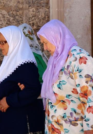 donne all'uscita dalla Moschea