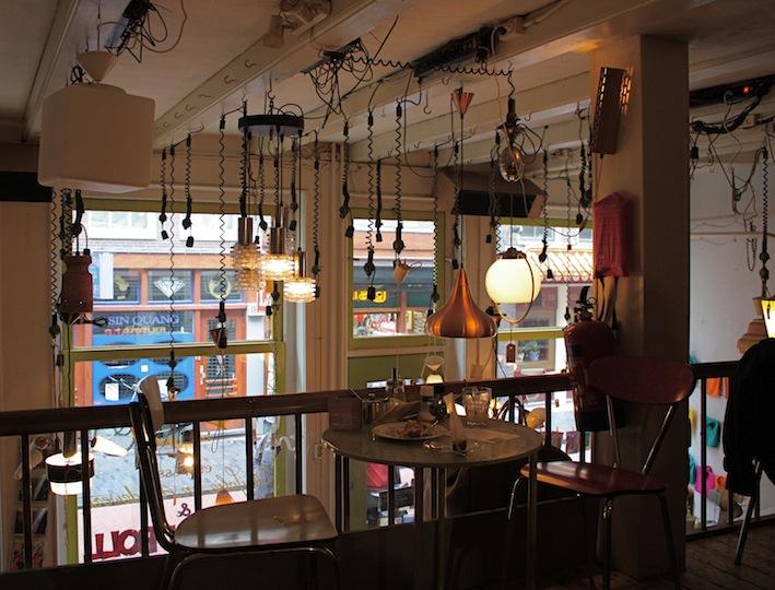 il piano superiore con le lampade in vendita
