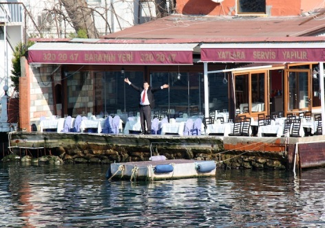 un ristoratore intraprendente cerca di conquistare clienti
