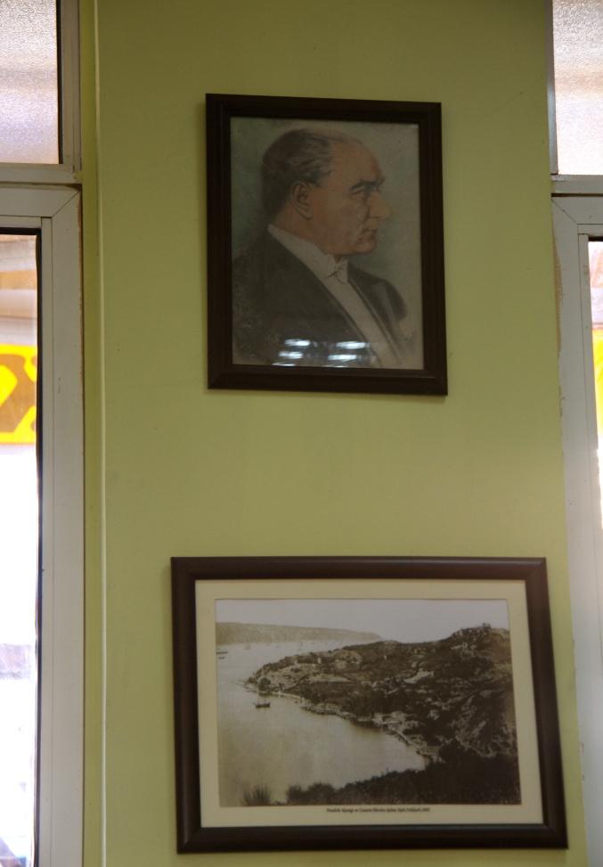 l'onnipresente sguardo severo di Ataturk