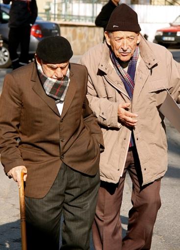 anziani a passeggio ad Anadolu Kavağı