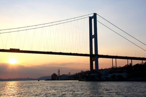 Il ponte sul Bosforo al tramonto