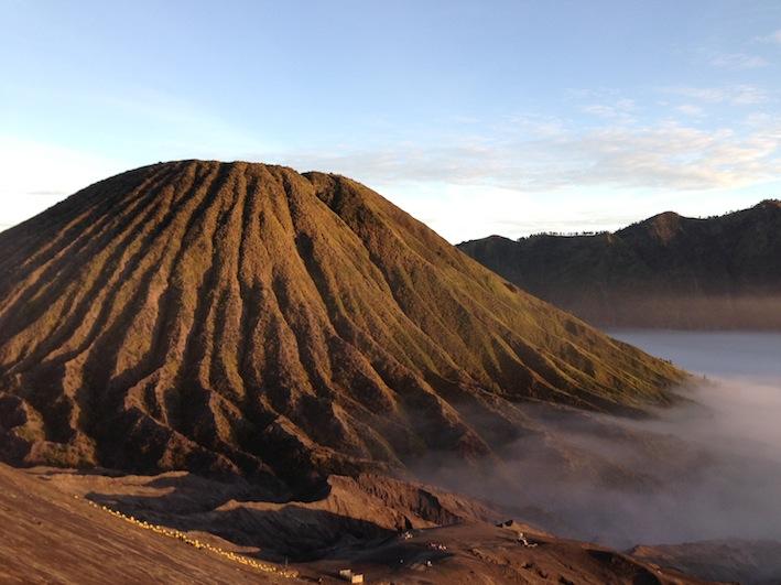 il vulcano Batok visto dal Bromo, all'alba