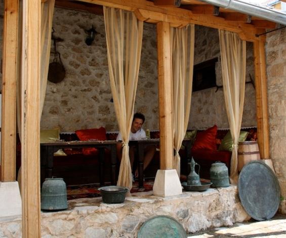 Andrea nel salottino esterno