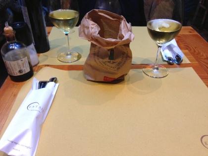 tovagliette di carta e buon vino