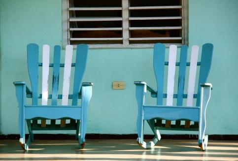 le onnipresenti sedie a dondolo nei patii delle case