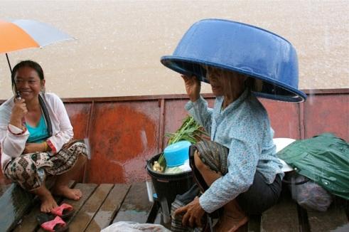la pioggia improvvisa non sorprende i locali
