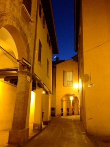 la suggestiva via Valdonica di sera