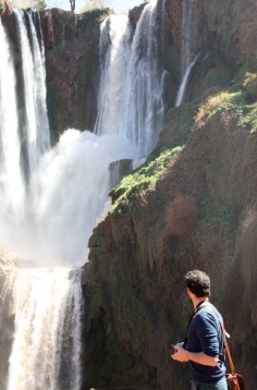 Andrea davanti all'immensità delle cascate