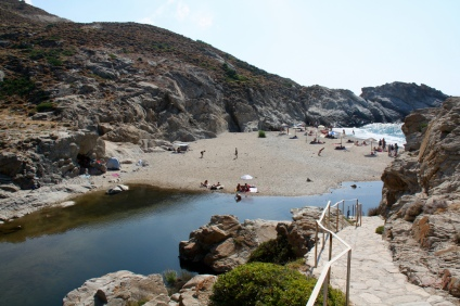 la spettacolare spiaggia di Nas, spesso collegata al fiume