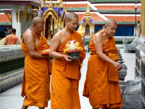 monaci in pellegrinaggio