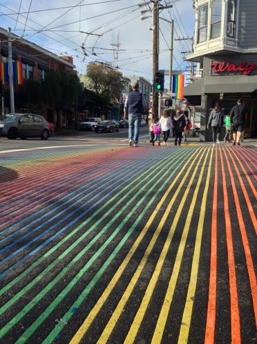 le strisce pedonali arcobaleno a Castro